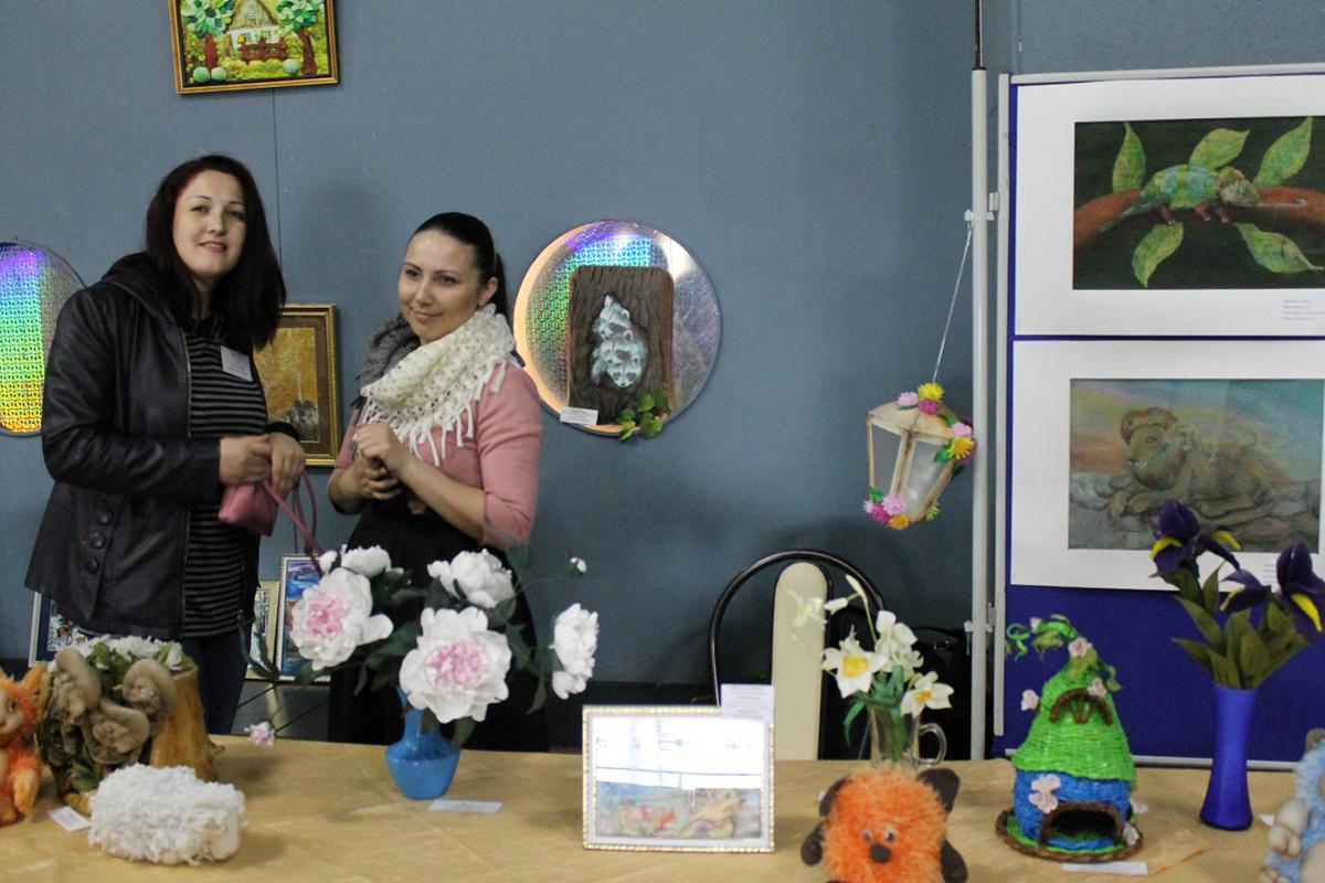 Педагоги дополнительного образования Вера Поян и Татьяна Ямурзина представили выставку работ воспитанников Центра детского творчества
