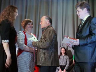 Нина Викторовна Мурашкина и ее дочь Анна принимают поздравления от Якова Максимовича Гусева и Максима Игоревича Воропаева