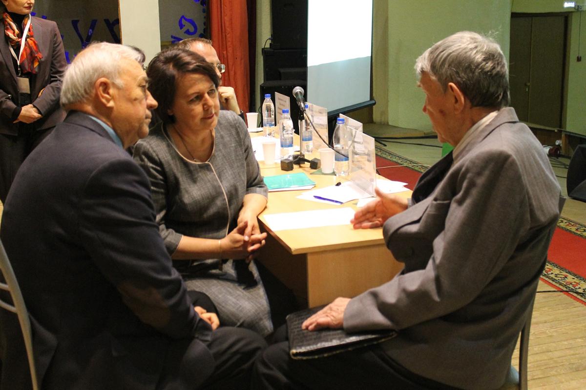 Татьяна Ильина внимательно выслушала Александра Фишера и Геннадия Мартынова, обратившихся к ней с вопросами