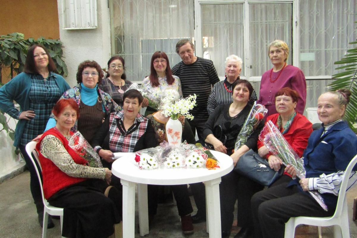 Участники Каслинского литературного объединения всегда собираются вместе по случаю рождения новой книги
