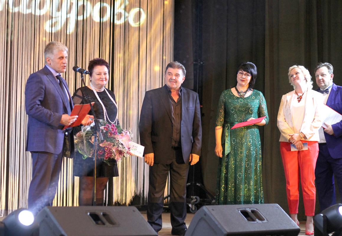 Гости из Каслей во главе с Игорем Колышевым поздравляют Александра Половинка с юбилеем Шабуровского Дома культуры