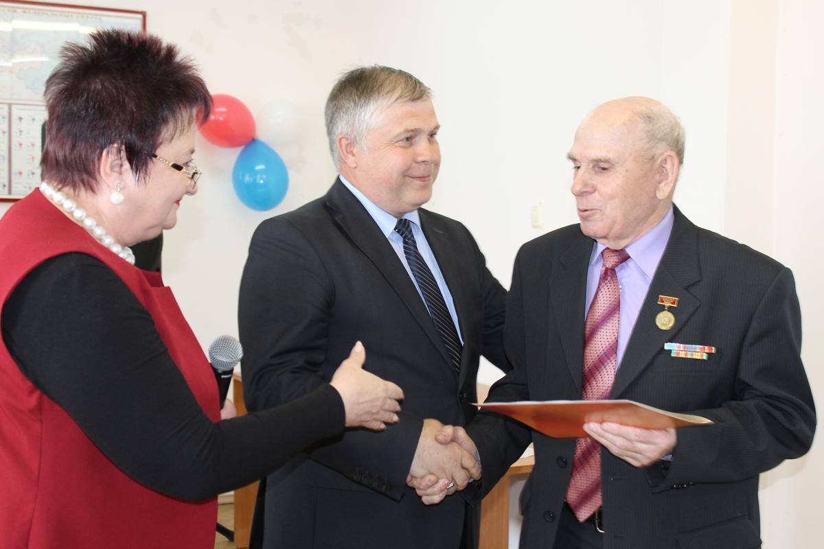 Владимир Семенович Прыкин (крайний справа) принимает поздравления от Ларисы Александровны Лобашовой и Вячеслава Владимировича Горобца