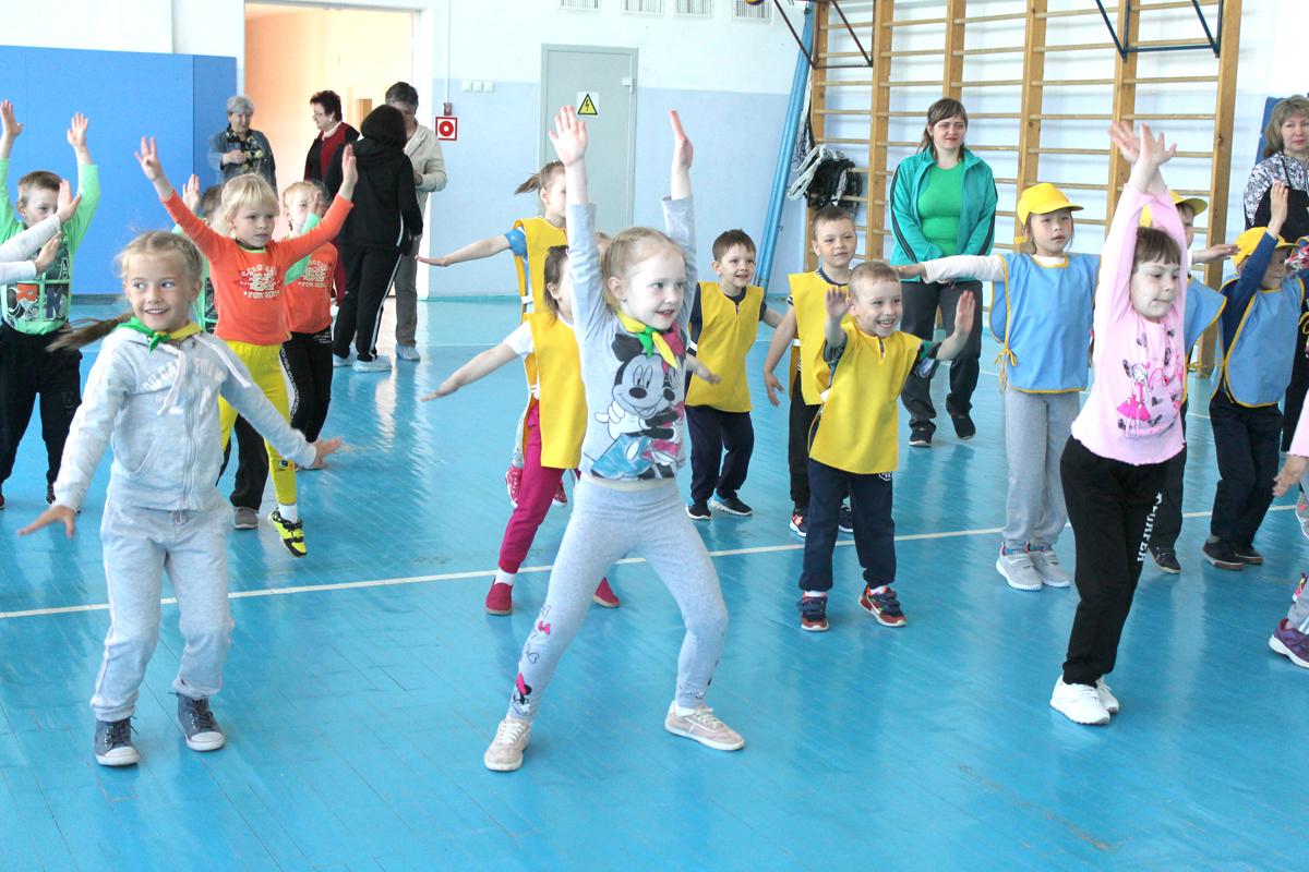 Перед началом соревнования дети провели разминку под руководством воспитанников школьного туристского клуба «Атмосфера»