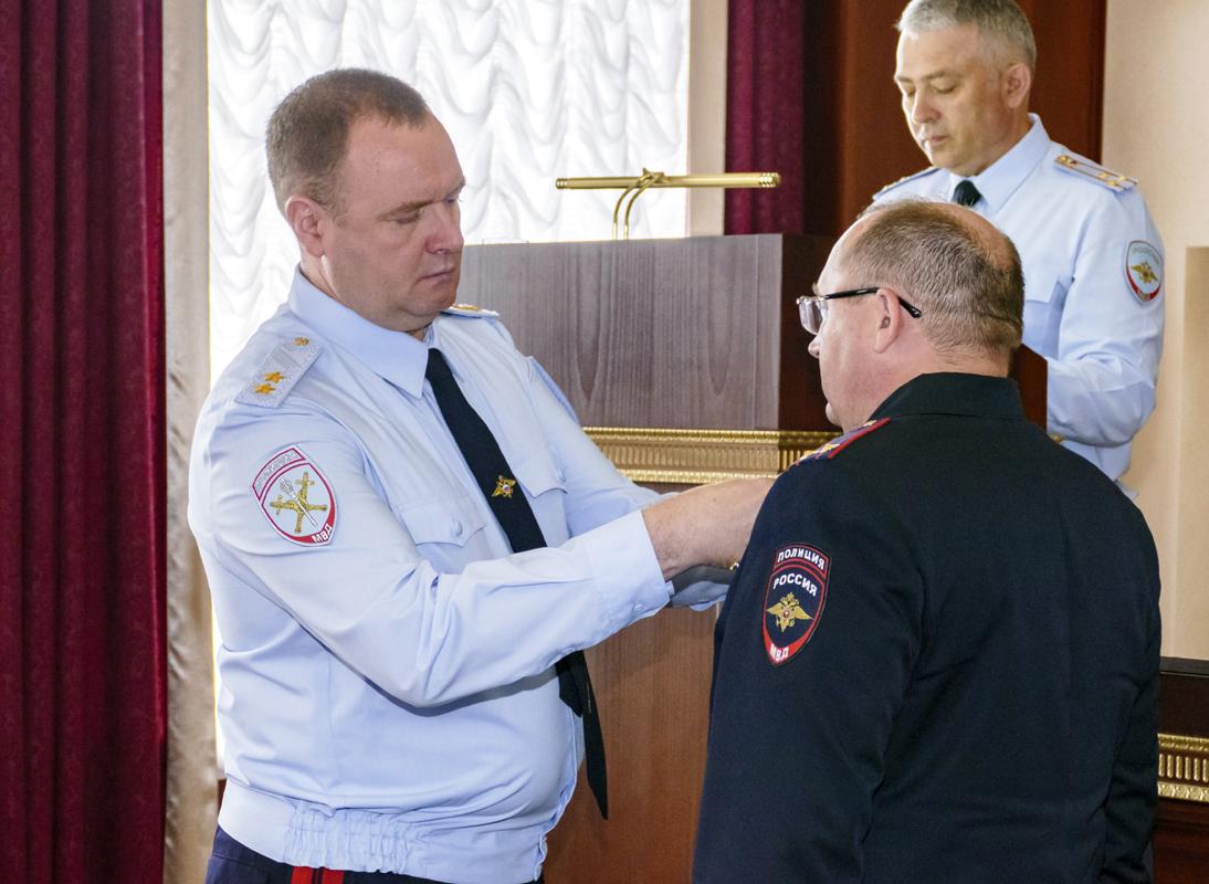 В ГУ МВД наградили особо отличившихся каслинских полицейских