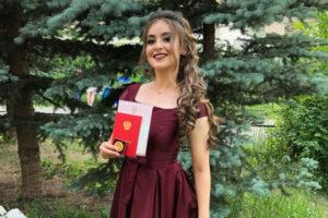 Анжелика ЛАТЫПОВА, выпускница школы №3, с. Тюбук, золотая медалистка
