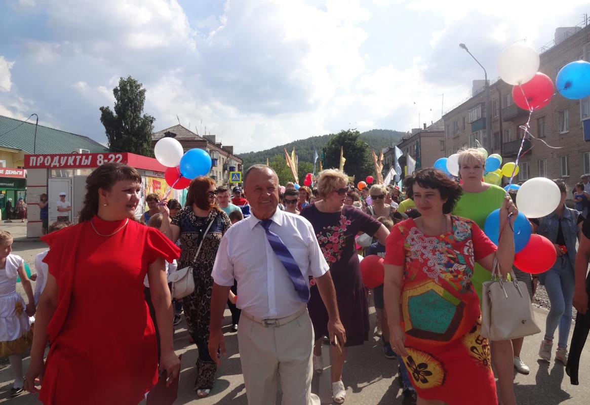 Праздничное шествие трудовых коллективов возглавил Яков Максимович Гусев