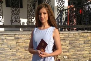 Мария ТРОПЫНЕВА, выпускница Каслинской школы №24, золотая медалистка