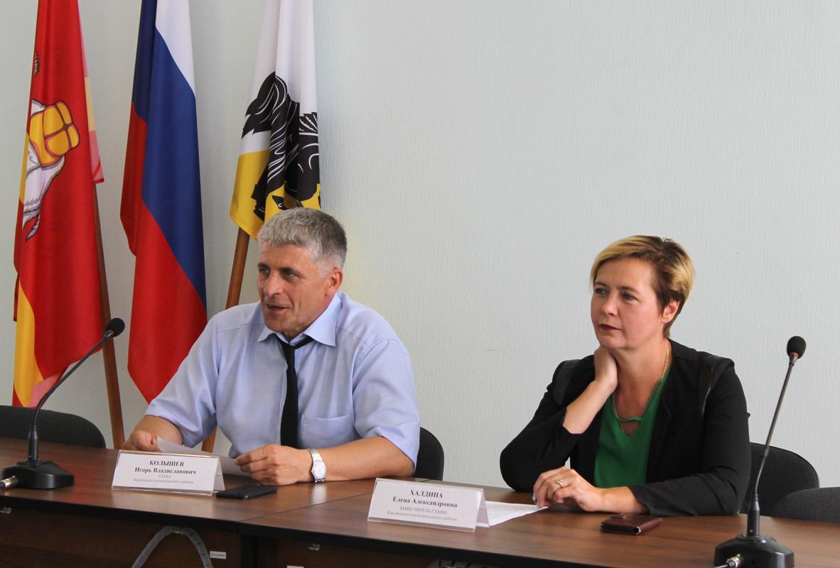 Игорь Колышев, глава Каслинского района, и Елена Халдина, заместитель главы по социальным вопросам, во время встречи с молодежью