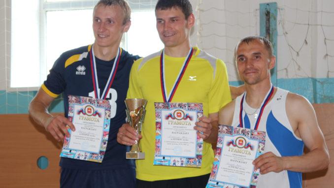 Каслинский легкоатлет Иван Хлабыстин (в центре) занял первое место в своей возрастной группе