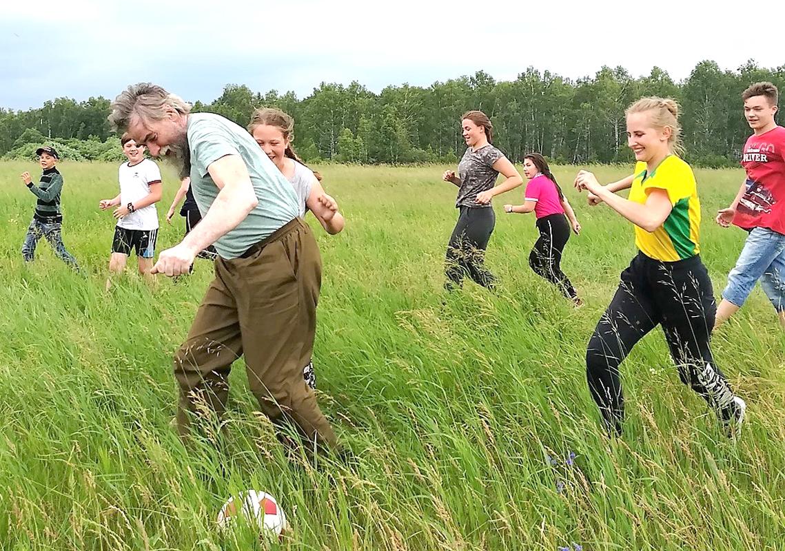 Вместе с батюшкой ребята с удовольствием гоняли мяч по зеленой траве