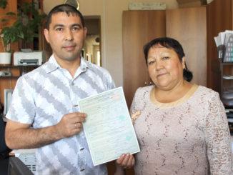 Счастливая обладательница жилищного сертификата Клара Ураловна Исламова с сыном Зинуром, который приехал ее поддержать