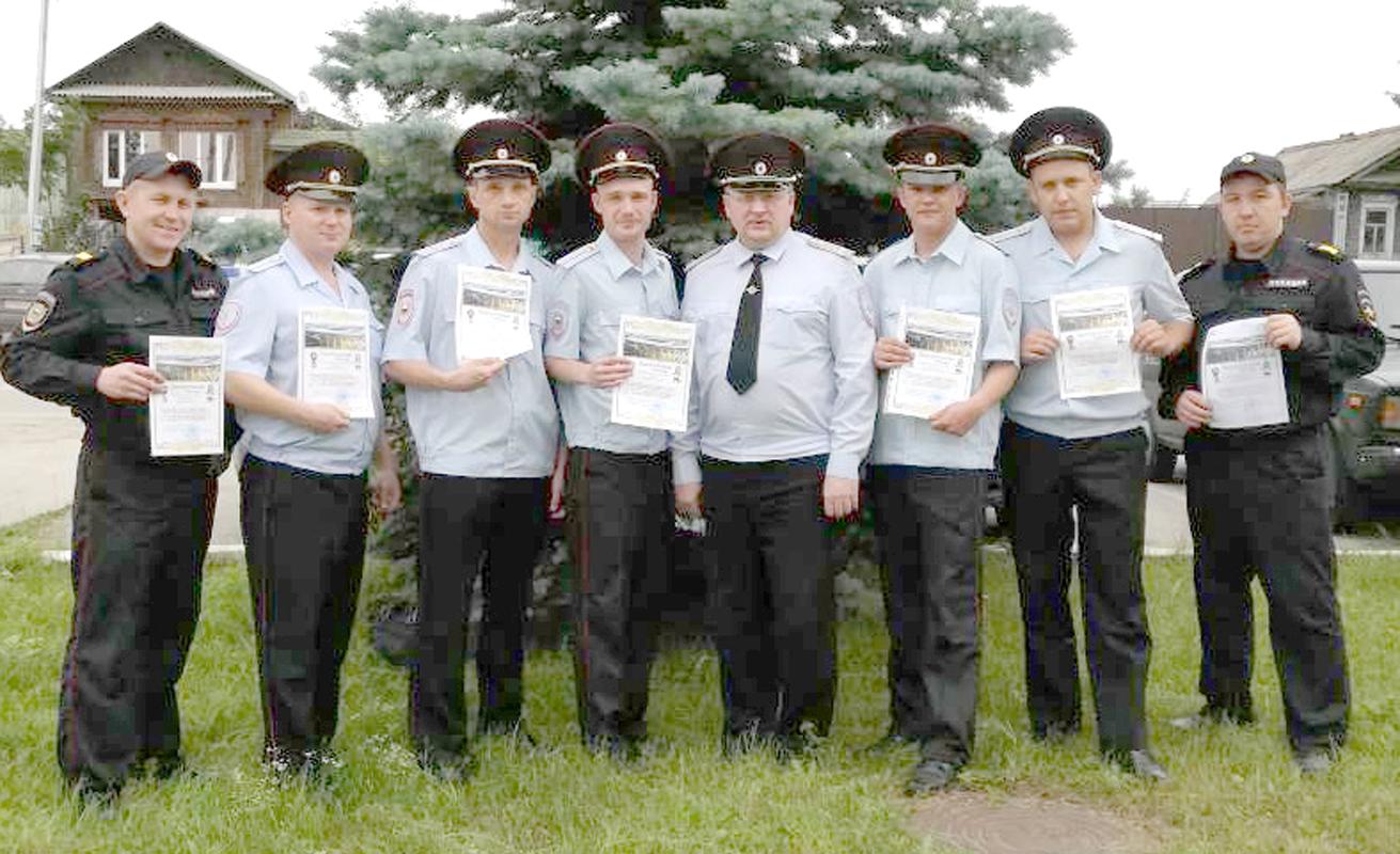 Сотрудники полиции, командированные на Чемпионат мира, с начальником ОМВД Романом Войщевым (в центре)