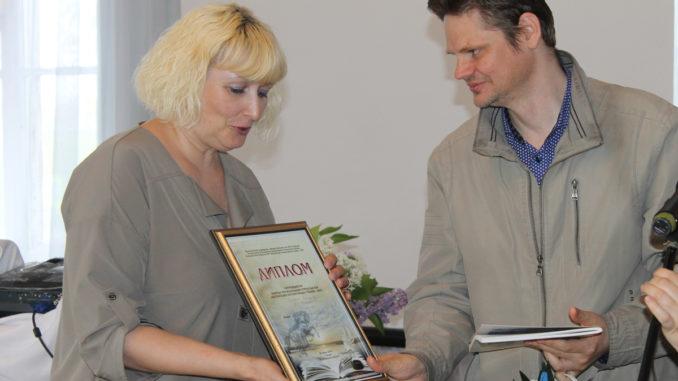 Андрей Бойков вручает диплом Татьяне Ческидовой