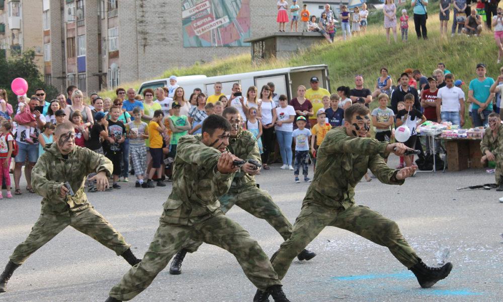 Спецназ демонстрирует военную подготовку