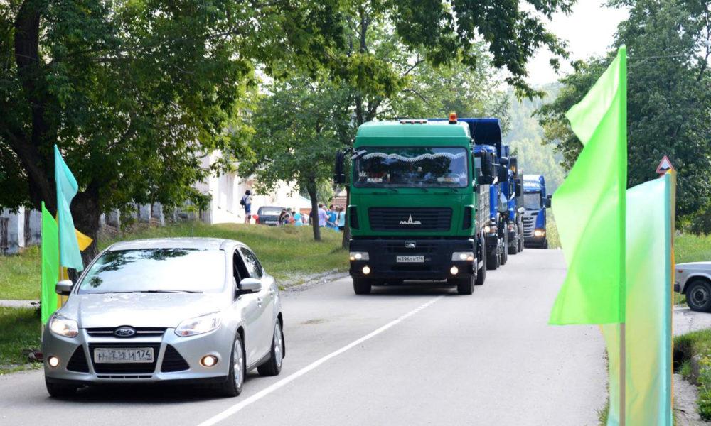 По главной улице Вишневогорска ехала колонна машин