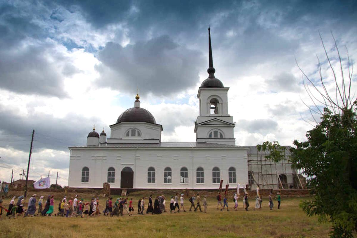 Крестный ход вокруг храма Ильи Пророка в селе Огневское
