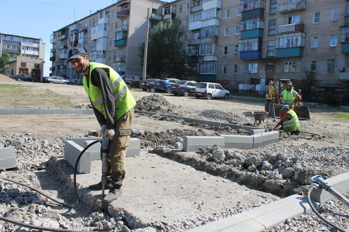 Рабочие подрядной организации ООО «Альянс» готовят траншеи для установки бордюрного камня