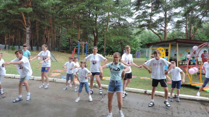 В спортивном флешмобе «Мы – маленькие звезды», посвященном открытию «Тропы здоровья», приняли участие все воспитанники центра