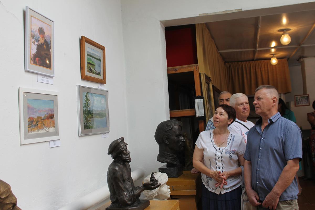 Первые посетители выставки, посвященной творчеству Волкова и Чиркина
