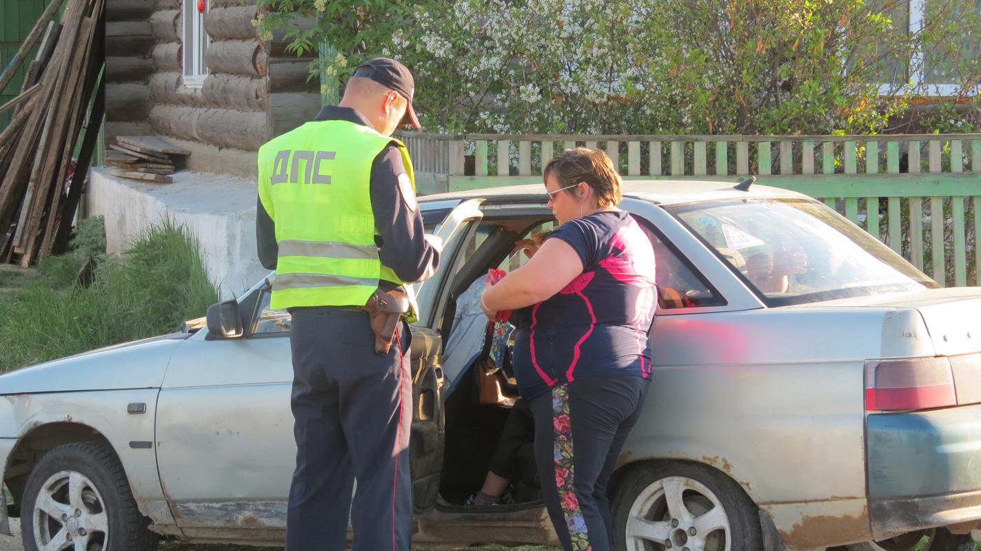 Сотрудник полиции проверяет наличие документов на авто и соблюдение правил перевозки детей