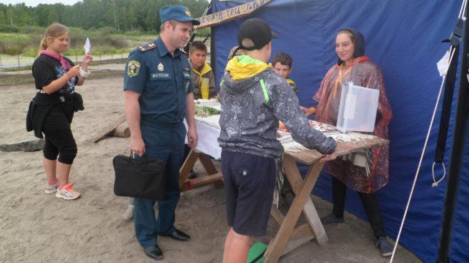 Сергей Серебряков, начальник ОНДиПР №8, рассказывает отдыхающим о мерах пожарной безопасности