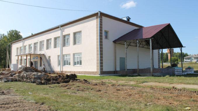 Территория вокруг Дома культуры села Тюбук постепенно преображается: строится сцена, ведутся земляные работы по прокладке труб канализации