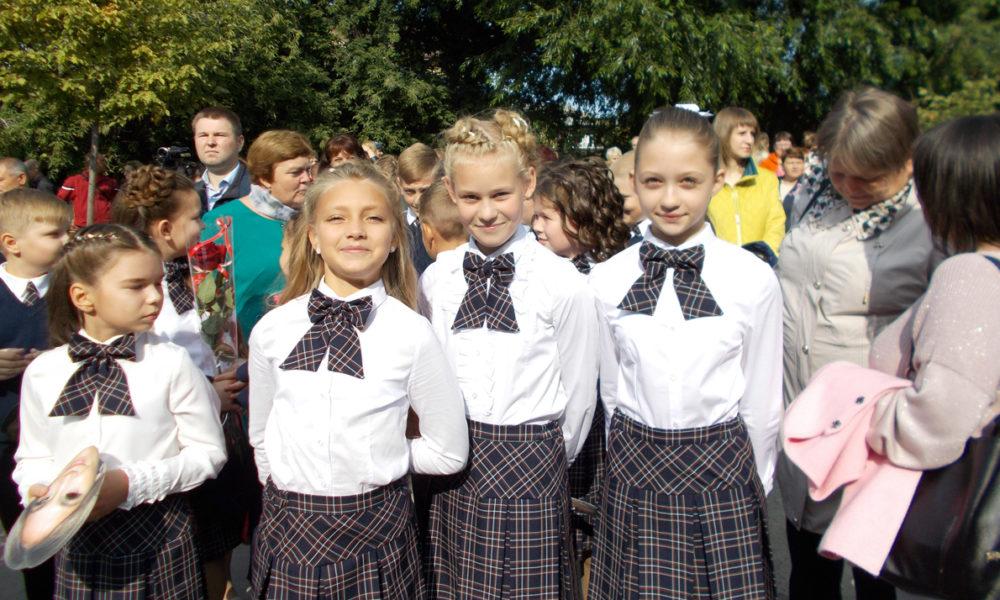 Ученицы 5 «Б» класса школы №27 Анастасия Песоцких, Анна Екимова, Виктория Тарасова: «Мы ходим в школы, чтобы получать знания, а еще – знакомиться и общаться с друзьями!»