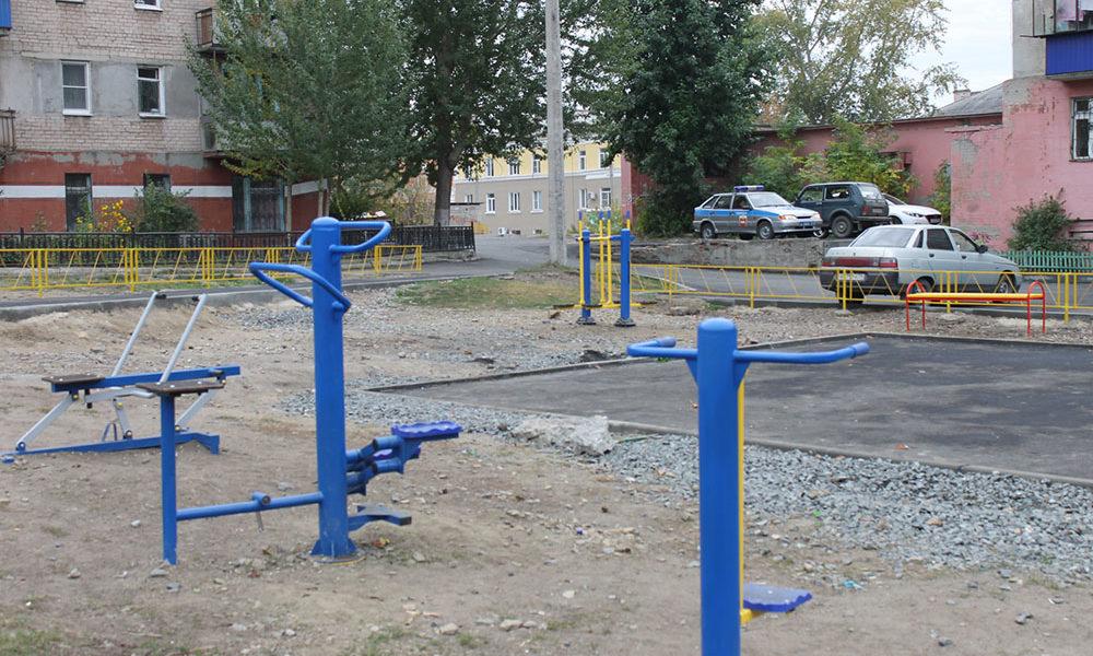 На детской площадке смонтировано игровое оборудование, уличные тренажеры, подготовлена спортивная площадка