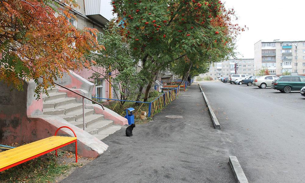 Дворовая территория по ул. Стадионной, 87-89, обустроена парковочными местами, скамейками и урнами. Расширены и заасфальтированы проезды, установлены бордюры