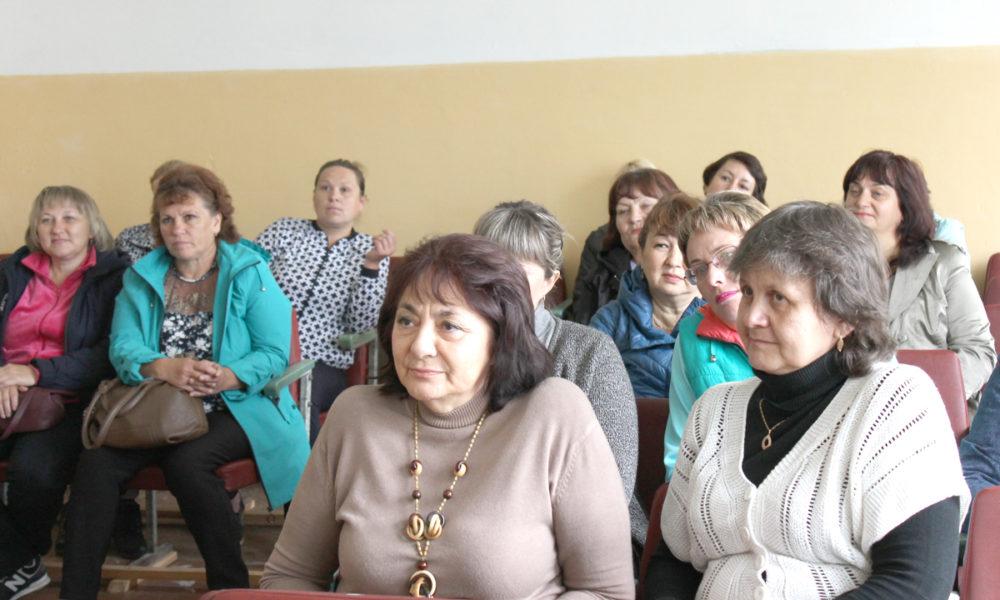 Булзинская педагогическая общественность и депутаты во время встречи
