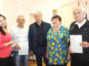 Глава Каслинского района Игорь Колышев и обладатели жилищных сертификатов семья Зайнуллиных и Иршат Габитов