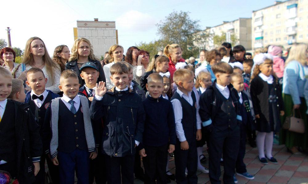 Мальчишки-второклассники школы №24 на торжественной линейке