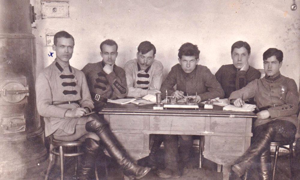 Первый слева Голышев Николай Васильевич