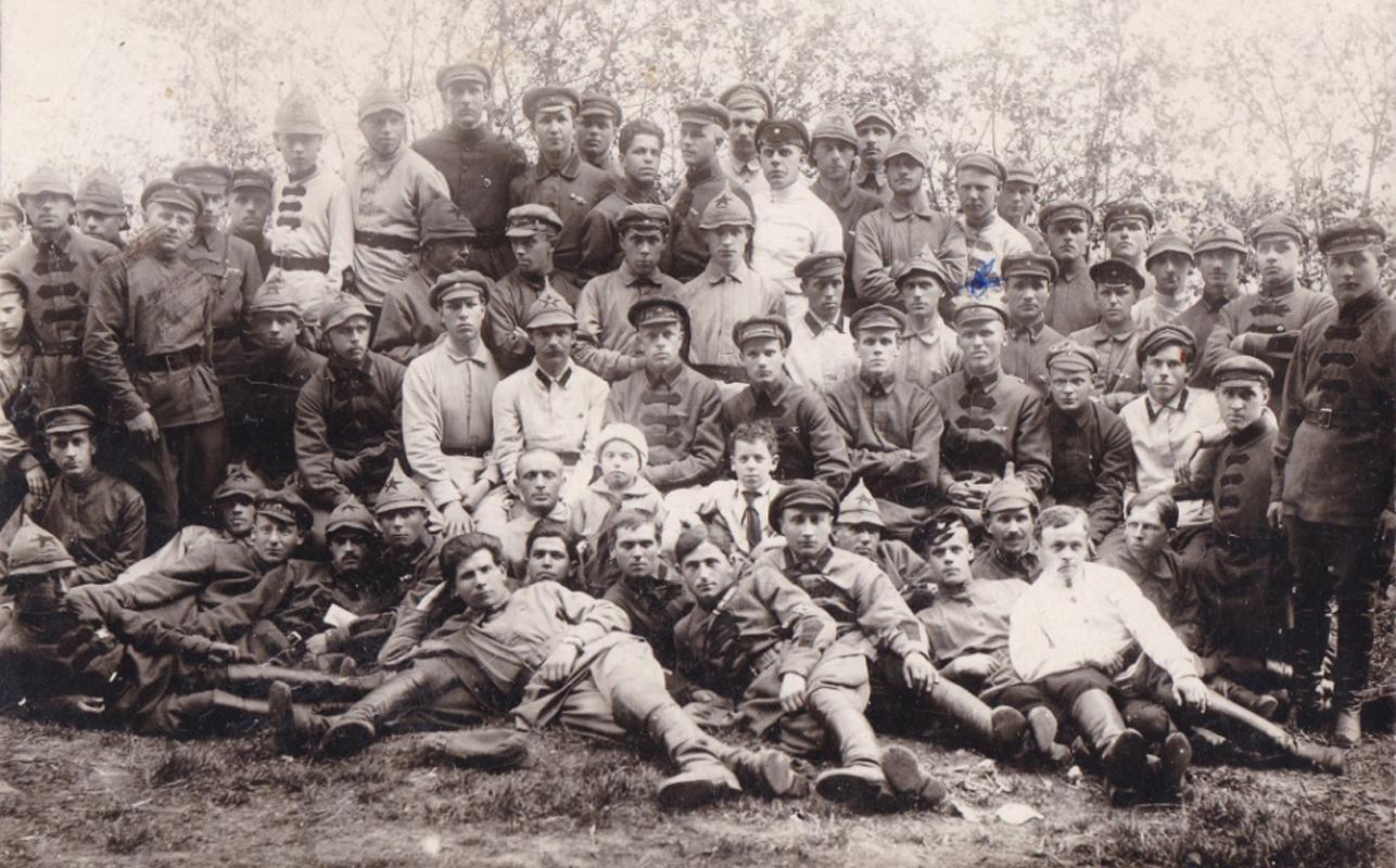 Красноармейцы 4-го полка связи 1924 года. Город Томск. Третий ряд, четвертый справа Голышев Н. В. Комиссар полка