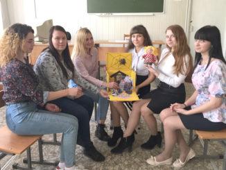 Будущие воспитатели со своими творческими работами