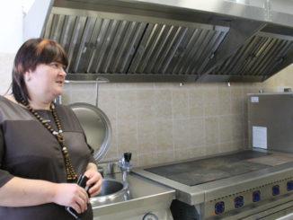 Пищеблок оснащен необходимым оборудованием и инвентарем, рассказывает заведующая детским садом Наталья Крайнова
