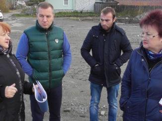 Заместитель начальника управления строительства и инфраструктуры Нина Лебедева доводит до сведения членов комиссии подробную информацию о ходе работ на объекте
