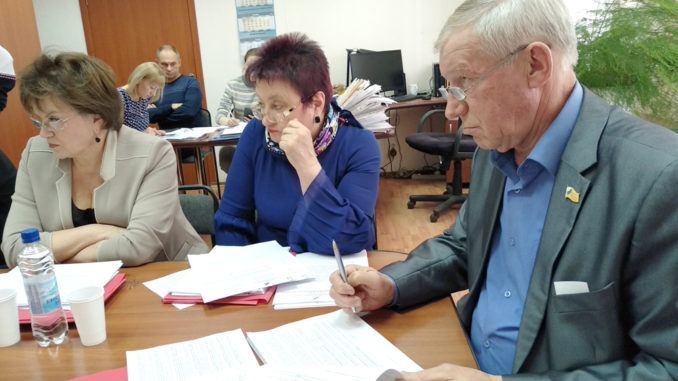 Депутаты во время работы профильной комиссии
