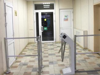 Пропускное устройство в здании администрации Каслинского района
