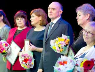 Ираида Столбикова (вторая слева) среди награжденных коллег с губернатором Борисом Дубровским