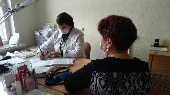 Любовь Викторовна Узких проводит первичный медицинский осмотр