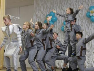На сцене творческое выступление школы №27