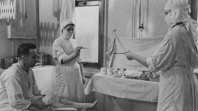 Обработка раны медсестрами. Фото середины 70-х гг.