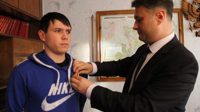 Медаль Сергею Абдрахимову вручает военком Александр Букин