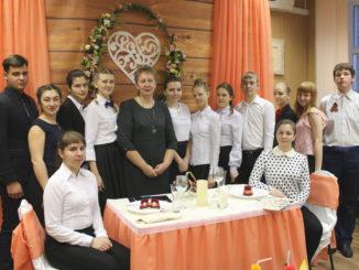 Наталья Викторовна Федотовских (в центре) и ее студенты — будущие менеджеры в общественном питании