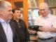 Иван Гончаров (справа) принимает подарки от Игоря Колышева, Владимира Ситникова