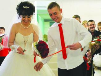 Молодожены Анна и Владимир перерезают ленту в обновленный ЗАГС