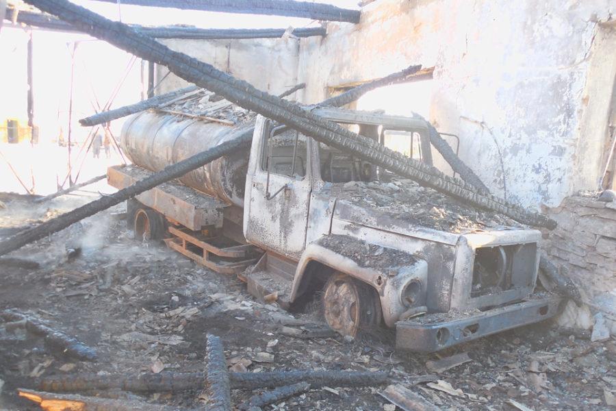 Огнем уничтожена вся сельхозтехника и гараж в селе Шабурово