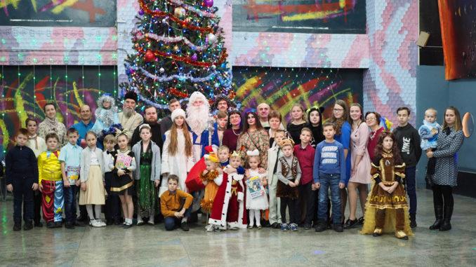 Участники традиционного рождественского праздника