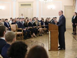 Губернатор наградил активных студентов Челябинской области